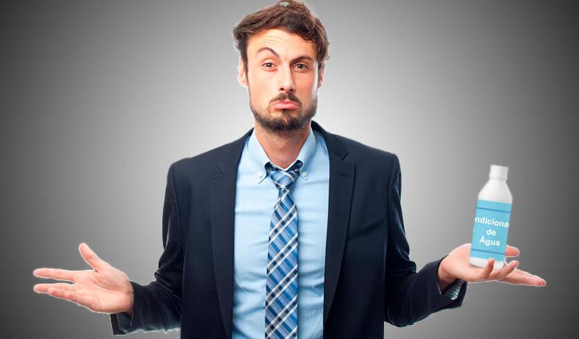 homem com expressão de dúvida segurando uma garrafa de condicionador de água