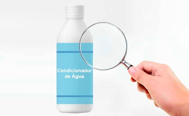 garrafa de condicionador de água sendo vista através de uma lupa
